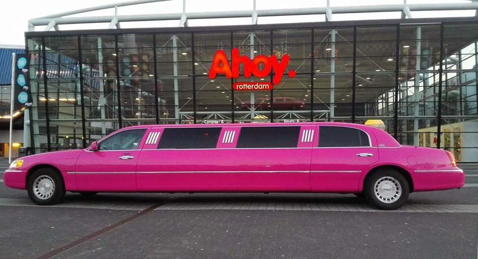 Roze limousine voor Ahoy